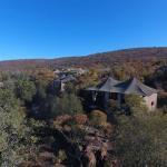Die Inzalo Lodge liegt oberhalb eines Flusses