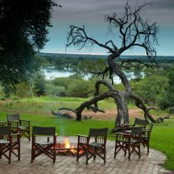 Am Lagerfeuer Imbalala Zambesi Lodge © Wild Horizons