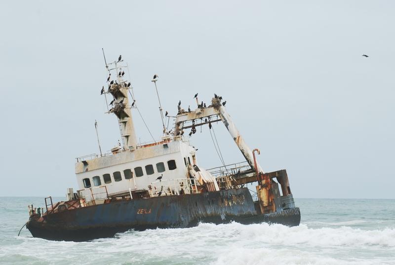 Schiffswracks an der rauhen Küste